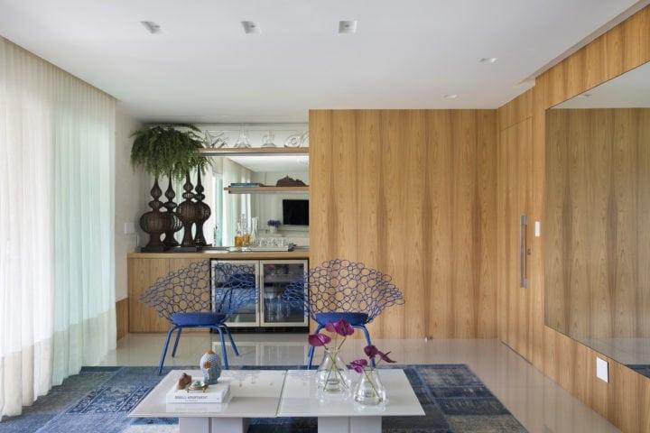 - Tapete: Casa Julio - Poltronas: Lattoog Design - Mesa de centro: Lattoog Design - Marcenaria: Gênova na sala assinada por Leila Dionizios