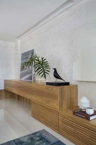 - Rack/buffet: Marcenaria Gênova - Piso: em porcelanato, da Ekko Revestimentos - Escultura: Eames House Bird para a Vitra, da Novo Ambiente - Vasos: Jonathan Adler na sala de jantar assinada por Leila Dionizios