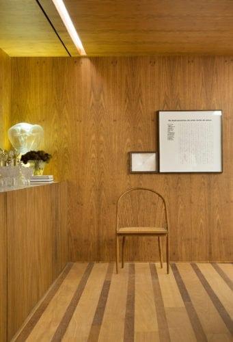 Detalhe do piso e painel de madeira de BC Arquitetos para Casacor sp