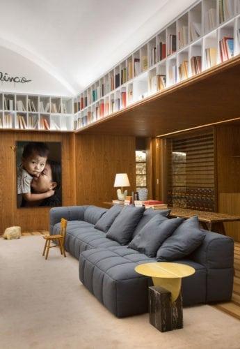 sofá e adega da BC arquitetos para casa cor sp