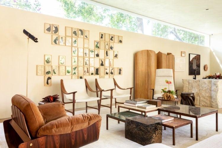 """""""Casa da Árvore"""" na mostra CASACOR SP 2018. Sala de estar com móveis de design nacional."""