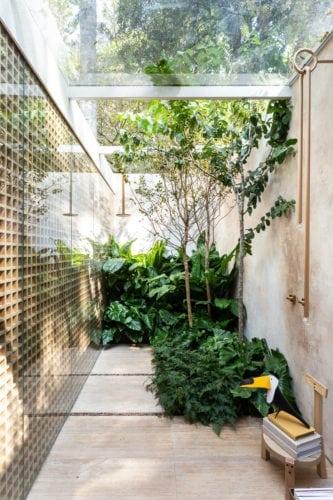 """""""Casa da Árvore"""" na mostra CASACOR SP 2018, Suite arquitetos. Banheiro integrado a natureza com teto de vidropedra bruta e ausência de teto no box, concretizam nossa ideia de casa de banho ao ar livre."""
