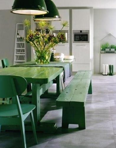 Decorando com os signos, a casa do Taurino. Cozinha com mesa e cadeiras verdes.