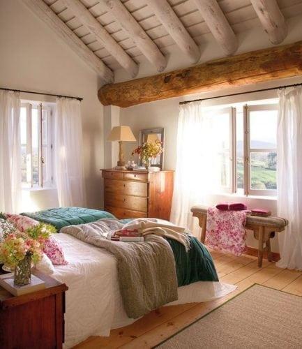 Decorando com os signos, a casa do Taurino. Quarto aconchegante, com ripas de madeira no teto.