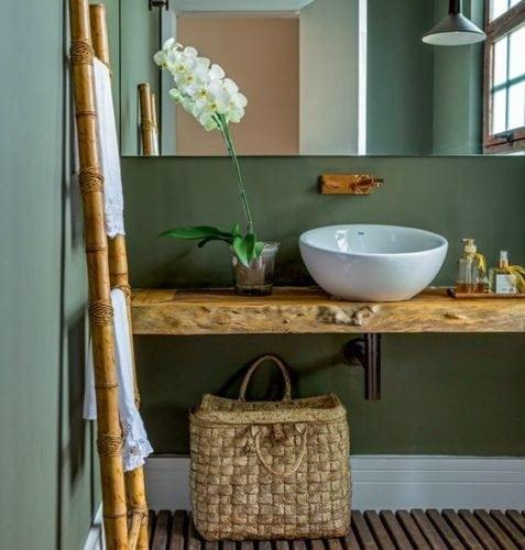 Decorando com os signos, a casa do Taurino. Lavabo com parede verde e bancada em madeira de demolição.