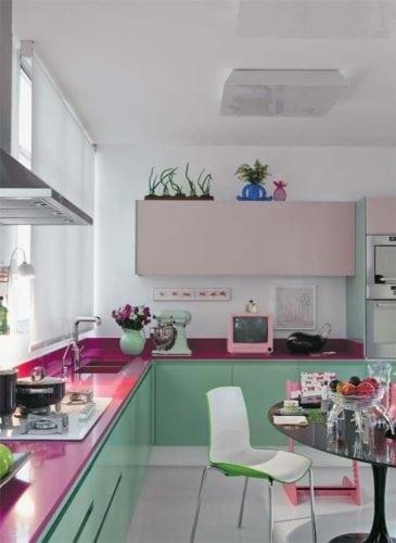 Decorando com os signos, a casa do Taurino. Cozinha com armários verde e rosa, aconchegante.