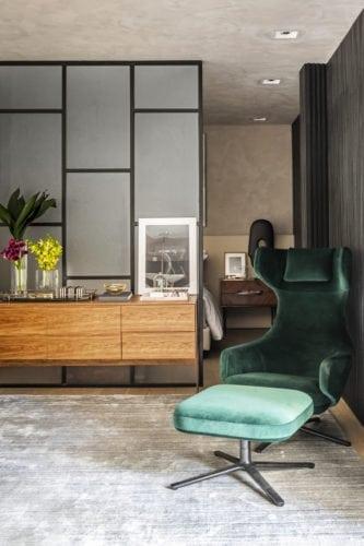 Poltrona verde na suite do executivo assinado por Erica Salguero