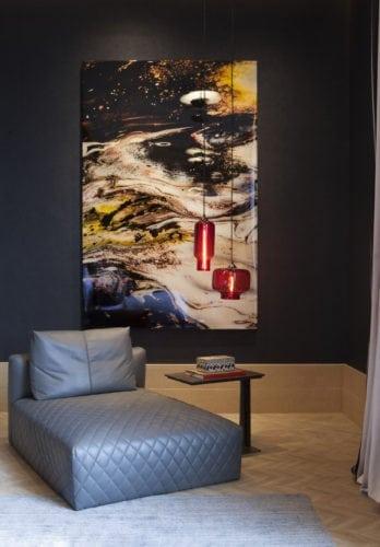 Chaise longue na suite master assinada por Marlon Gama para CasaCor SP