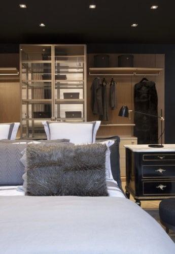 cama e armários da suite master, assinada por Marlon Gama para CasaCor SP