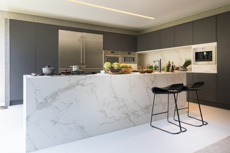 Casa Cor SP 2018. Espaço de João Armentano. Cozinha com bancada em Dekton