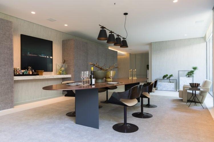 Casa Cor SP 2018. Espaço de João Armentano. Sala de jantar com mesa oval de Marcio Kogan e cadeiras francesas.