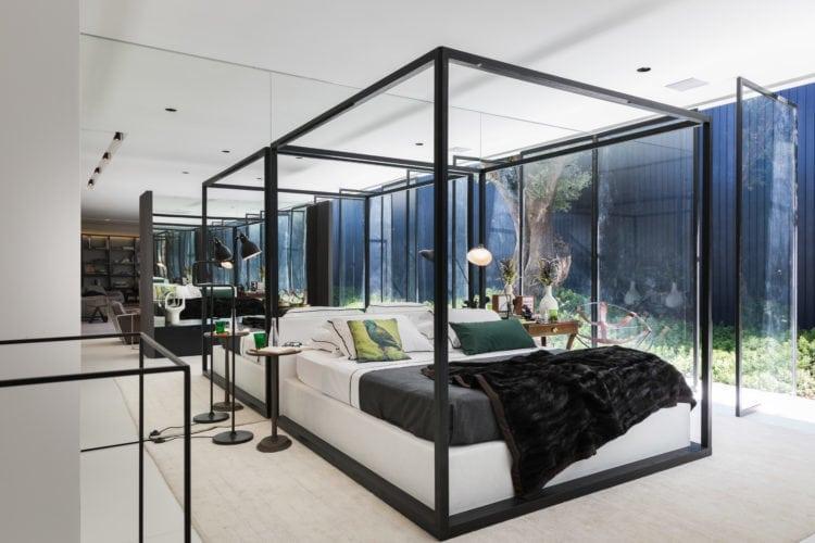 Espaço de João Armentano para a Casa Cor 2018. Quarto com cama dossel e espelhos ao fundo.