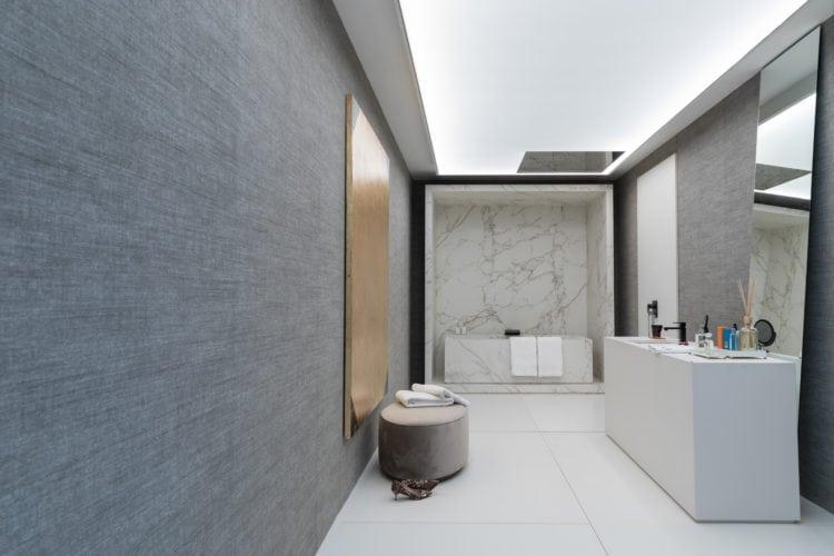 Espaço de João Armentano na Casa Cor SP 2018. Banheiro moderno com chuveiro no teto e aberto .