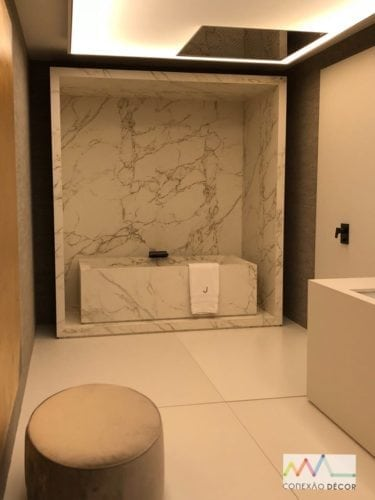Espaço de João Armentano na Casa Cor 2018. No banheiro , uma banheira esculpida e inserida em um nicho.