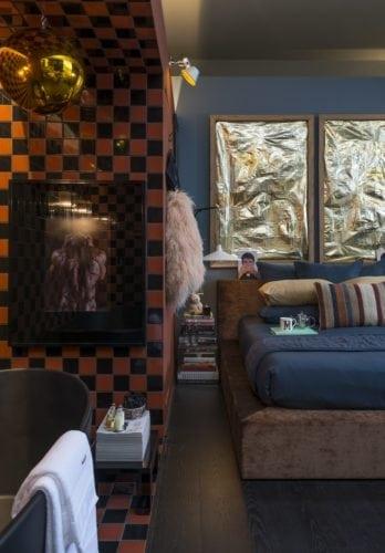 Michel Safatle apresenta Loft Eu, Tu e Elas na CasaCor SP. Nicho na parede abrigada uma banheira integrada ao quarto.