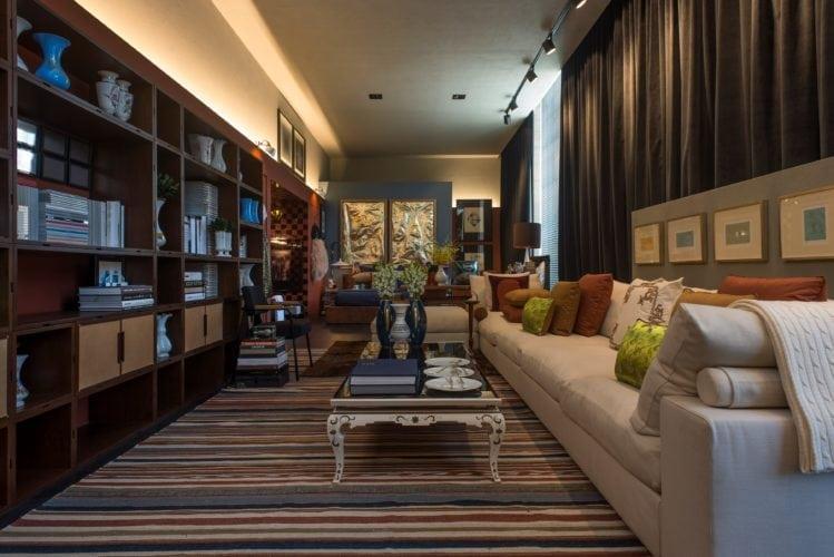 Michel Safatle apresenta Loft Eu, Tu e Elas na CasaCor SP. Living integrado ao quarto e a cozinha.