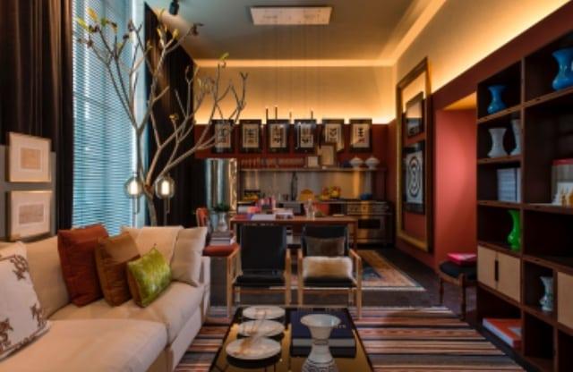 Michel Safatle apresenta Loft Eu, Tu e Elas na CasaCor SP. Ambiente que integra cozinha, sala e quarto.