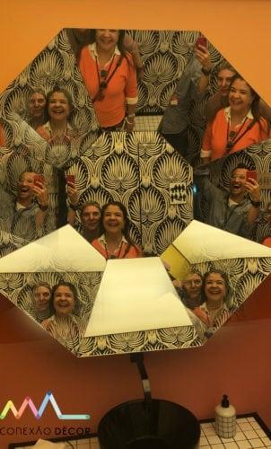 Celina mello franco, liliane Abreu e Lisandro Piloni no espelho multifacetado da Piloni Arquitetura no WC No Gender para CasaCor sp