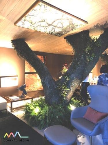 poltrona azul no ambiente casa terra de paola ribeiro para casa cor sp