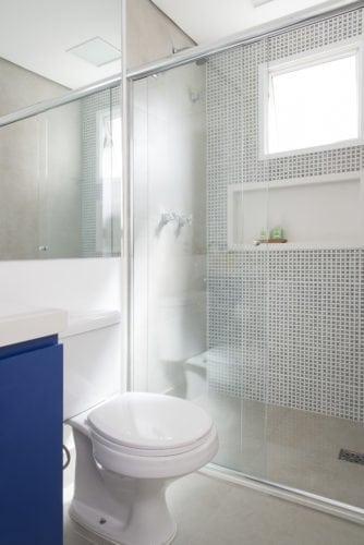 banheiro com pastilhas por Studio sp