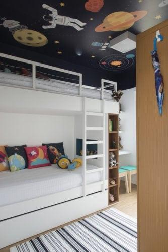 beliche branco com papel de parede no teto por SP Studio
