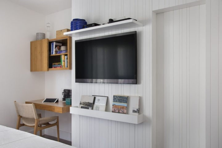 Escrivaninha e painel de tv assinado por cristina e laura bezamat e Fotos: Denilson Machado - MCA Estúdio