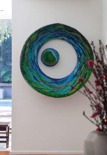 O clima descontraído do Rio de Janeiro, em uma casa em São Paulo de 720m2. Escultura feita com vários lápis colados uns ao lado do outro. Artista colombiano, Frederico Uribe.