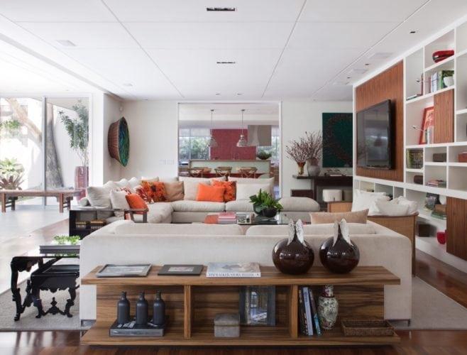 O clima descontraído do Rio de Janeiro, em uma casa em São Paulo de 720m2. Sala grande aberta para a cozinha.