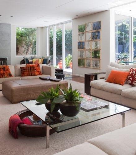 O clima descontraído do Rio de Janeiro, em uma casa em São Paulo de 720m2. Sala com janelas para o jardim.