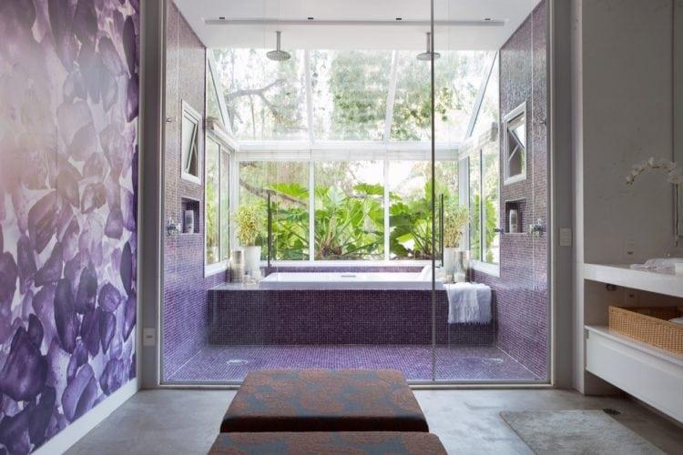 O clima descontraído do Rio de Janeiro, em uma casa em São Paulo de 720m2. Banheiro com banheira na bay window