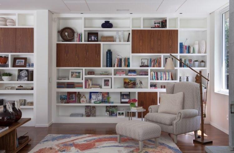 O clima descontraído do Rio de Janeiro, em uma casa em São Paulo de 720m2. Estante na sala com cantinho de leitura.
