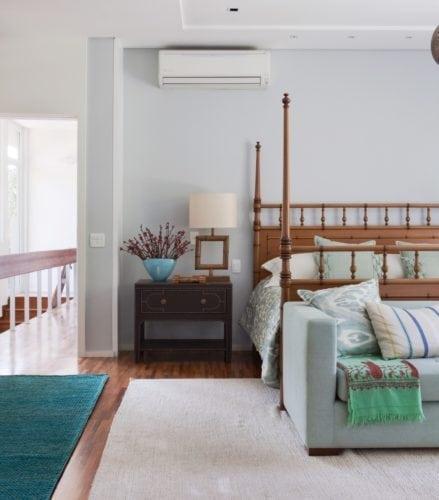 O clima descontraído do Rio de Janeiro, em uma casa em São Paulo de 720m2. Quarto com cama dossel.
