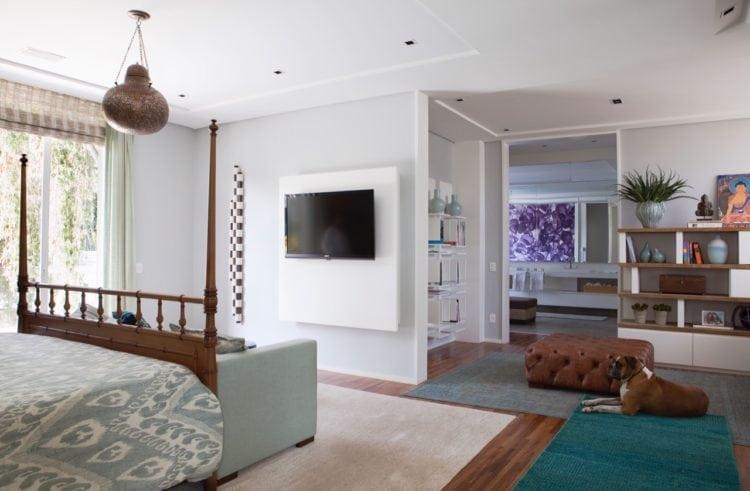 O clima descontraído do Rio de Janeiro, em uma casa em São Paulo de 720m2. Quarto com sala