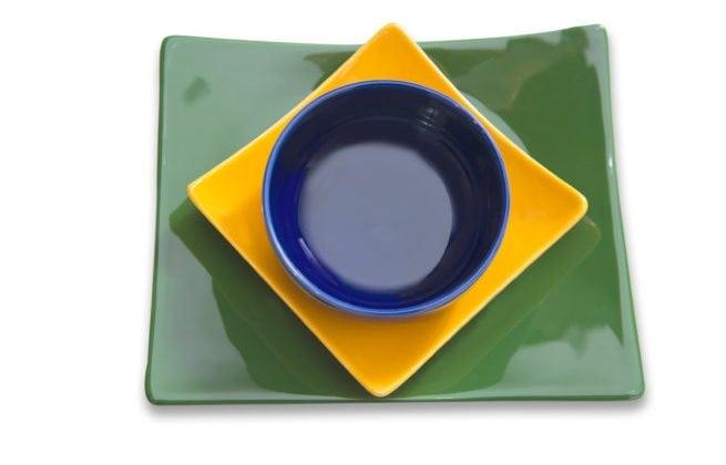 Pratos verde, amarelo e azul para servir na Copa