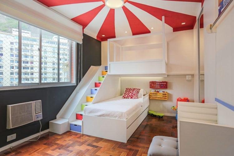 Decoração de quarto de criança, tem como inspiração, um Picadeiro. Faixas vermelhas e brancas, pintadas no teto, remetem ao céu do picadeiro.
