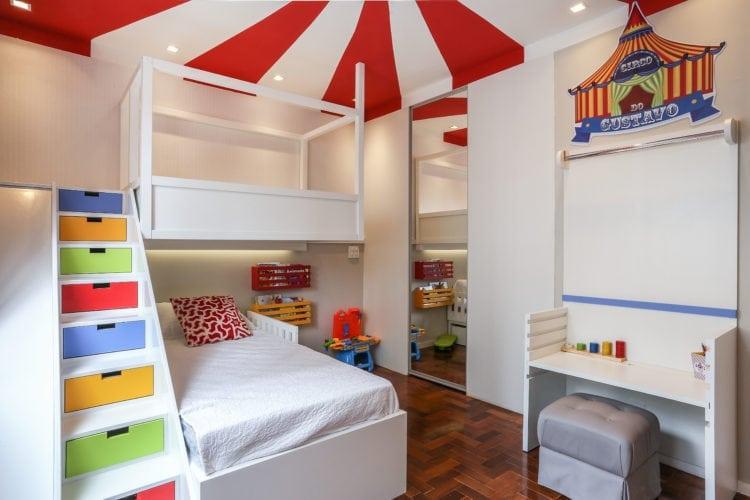 Decoração de quarto de criança, tem como inspiração, um Picadeiro. Faixas vermelhas e brancas pintadas no teto , remetem ao céu do picadeiro.