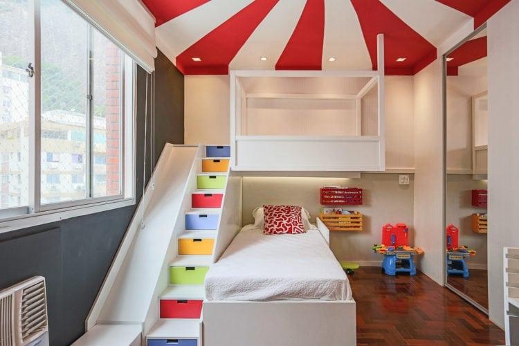 Decoração de quarto de criança, tem como inspiração, um Picadeiro. Faixas pintadas no teto, em vermelho e branco, rementem ao céu do picadeiro. E para aumentar o lado lúdico , um escorrega .