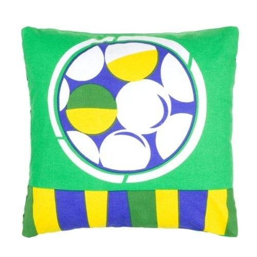 Dicas e inspirações para receber os amigos nos jogos da Copa do Mundo 2018. Capa de almofada com as cores do Brasil.