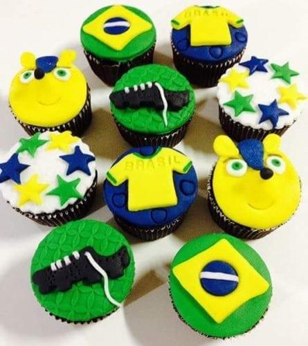 Dicas e inspirações para receber os amigos nos jogos da Copa do Mundo . Cup Cakes temáticos , com a bandeira do brasil e chuteiras enfeitando.