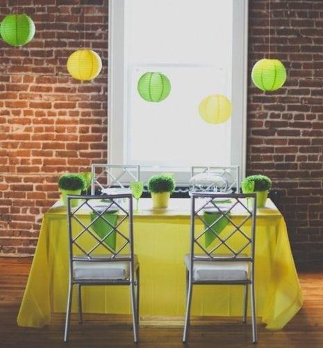 Dicas e inspirações para receber os amigos nos jogos da Copa do Mundo 2018. Toalha de mesa amarela e guardanapos verdes.