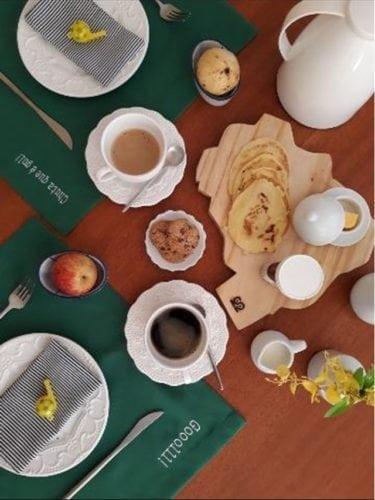 Dicas e inspirações para receber os amigos nos jogos da Copa do Mundo 2018. Tábua de medeira imitando o mapa do Brasil na mesa do café da manhã.