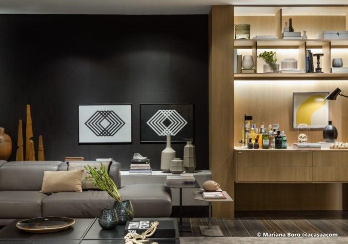 Parede preta sofa e bar na sala da Klaxon Arquitetura para CasaCor SC foto de Mariana Boro