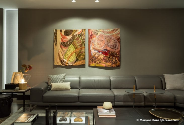 Sofa verde e parede verde na sala da Klaxon Arquitetura para CasaCor SC foto de Mariana Boro