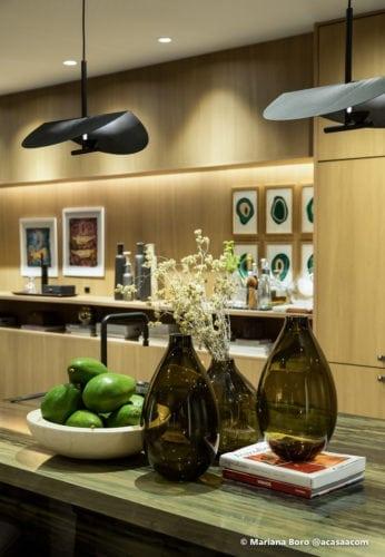 vasos no bar na sala da Klaxon Arquitetura para CasaCor SC foto de Mariana Boro