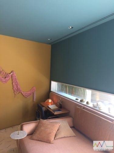 Espaço de Melina Romano na Casa Cor 2018. Teto pintado de azul, continuação da mesma cor na parede .