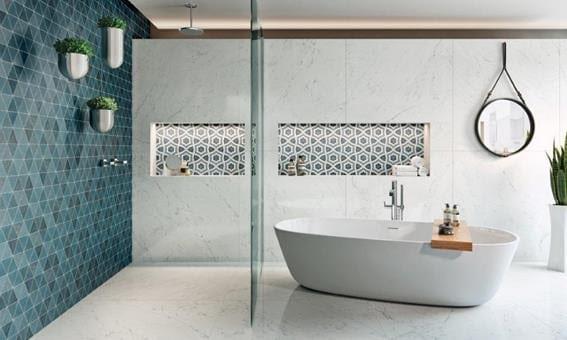 Obras de Candido Portinari foram inspiração para a criação de porcelanato. Aplicado em azul na parede lateral e outro modelo no nicho do banheiro.