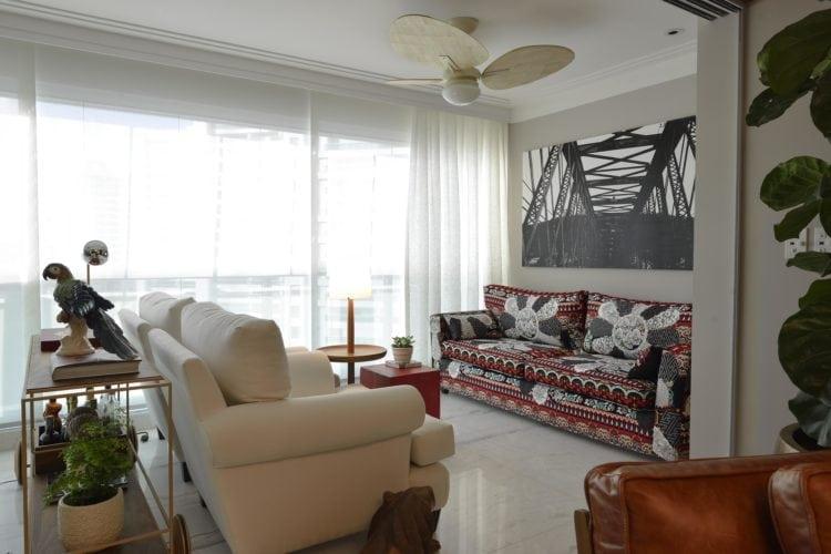 sofá com tecido da Adriana barra no Apartamento no Le Parc Salvador, assinado por Manarelli Guimaraes e fotos de Marcelo Negromonte