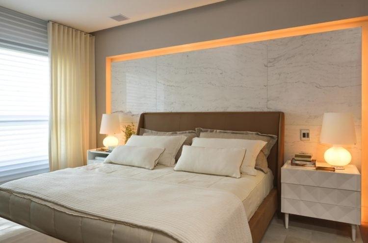 Suite do casal com painel em mármore do Apartamento no Le Parc Salvador, assinado por Manarelli Guimaraes e fotos de Marcelo Negromonte