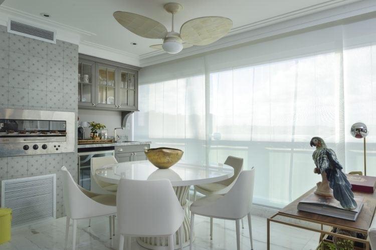 Varanda gourmet com ventilador panama do Apartamento no Le Parc Salvador, assinado por Manarelli Guimaraes e fotos de Marcelo Negromonte