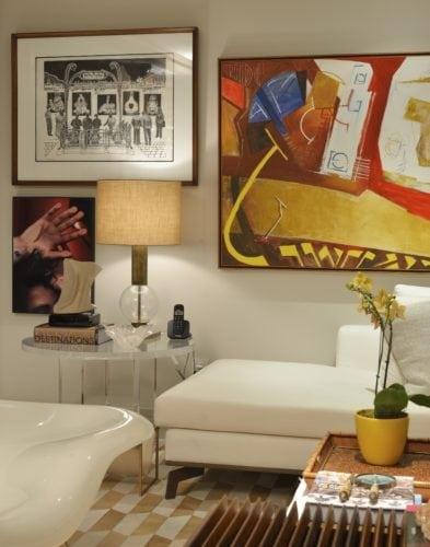 quadros na Sala do Apartamento no Le Parc Salvador, assinado por Manarelli Guimaraes e fotos de Marcelo Negromonte